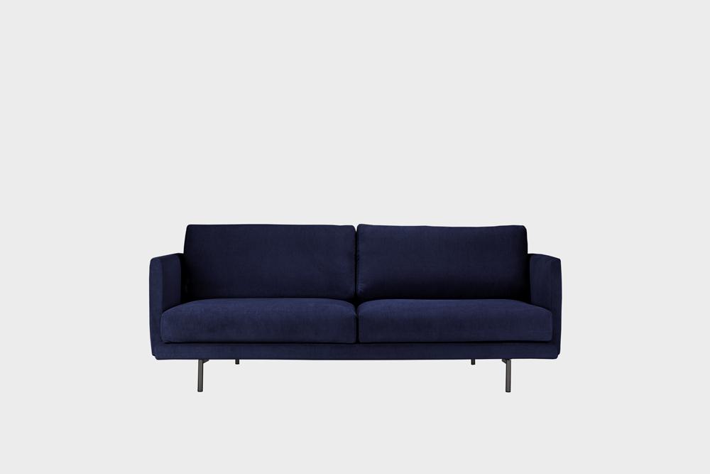 Pieni Lazy-sohva tummansinisellä Soft-kankaalla ja metallijalalla.