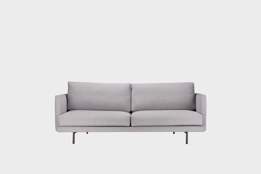 Pieni Lazy-sohva vaaleanharmaalla Soft-kankaalla ja metallijalalla.