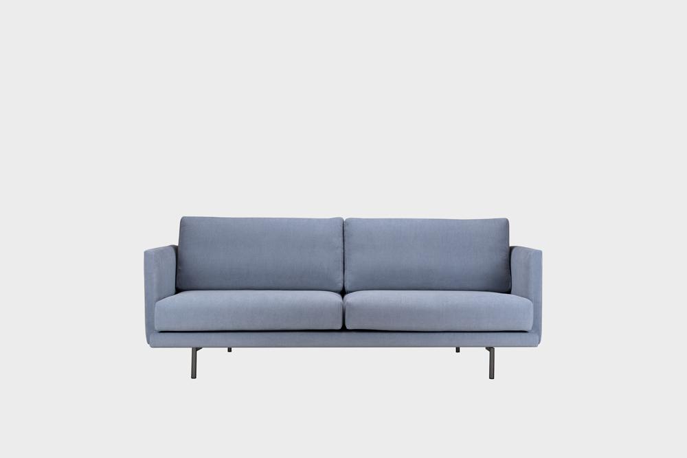 Pieni Lazy-sohva vaaleansinisellä Soft-kankaalla ja metallijalalla.