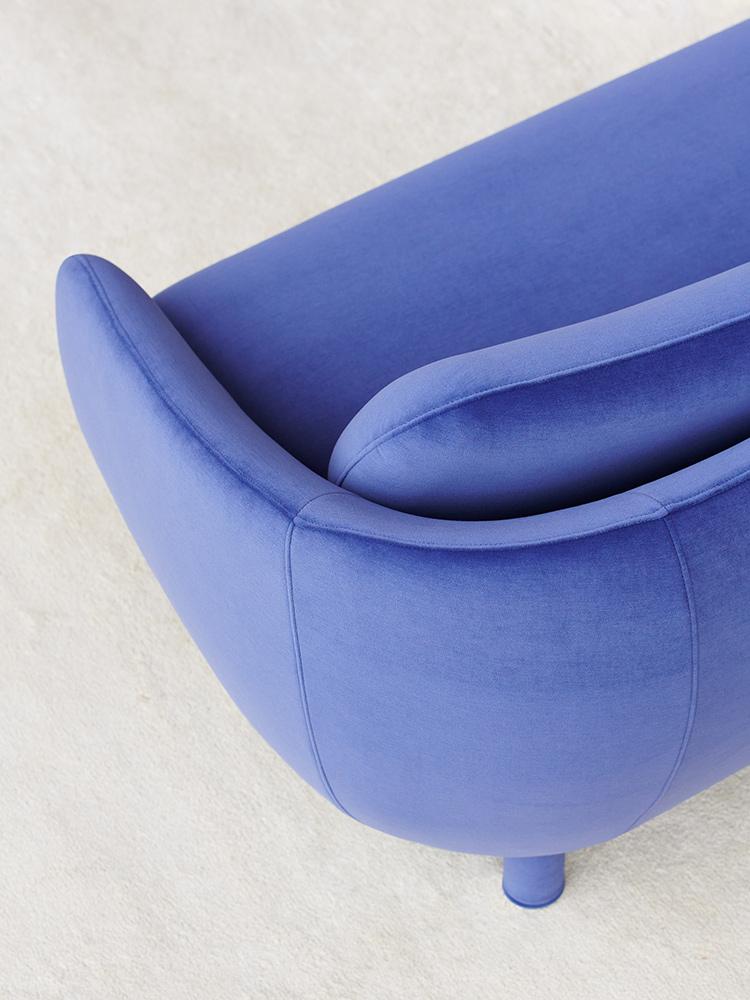 Bobo-sohva laventelin värisellä Gentle-kankaalla.