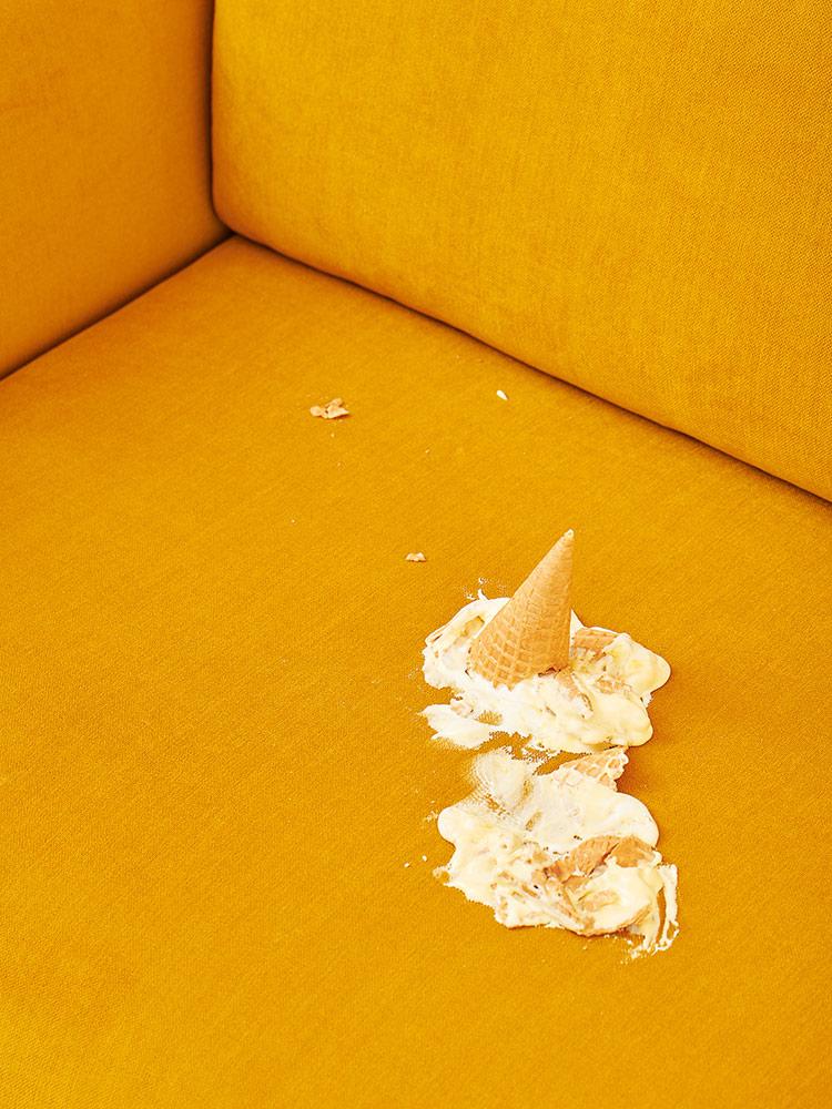 Cosy-pocket -sohvalle tippunut jäätelö