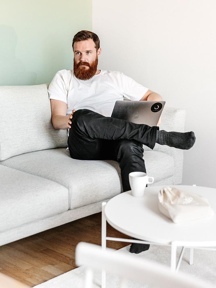 Hakola Friends: Cosy Pocket -sohva ja Round-sohvapöytä GetJenny toimistossa