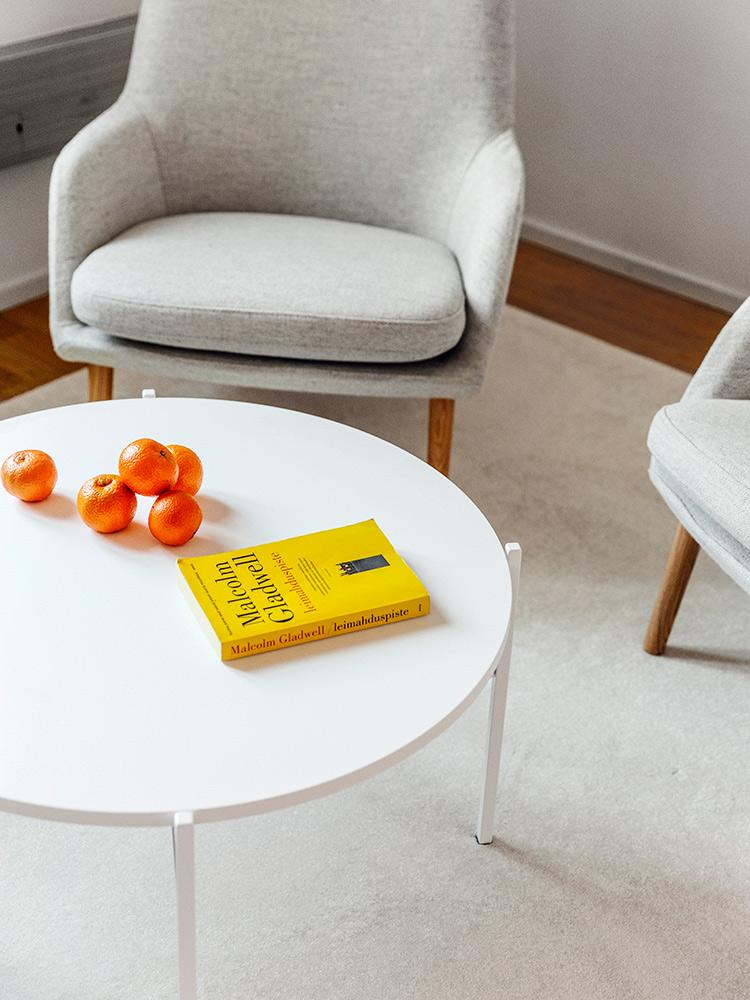 Hakola Friends: Day-nojatuoli ja Round-sohvapöytä GetJenny toimistossa
