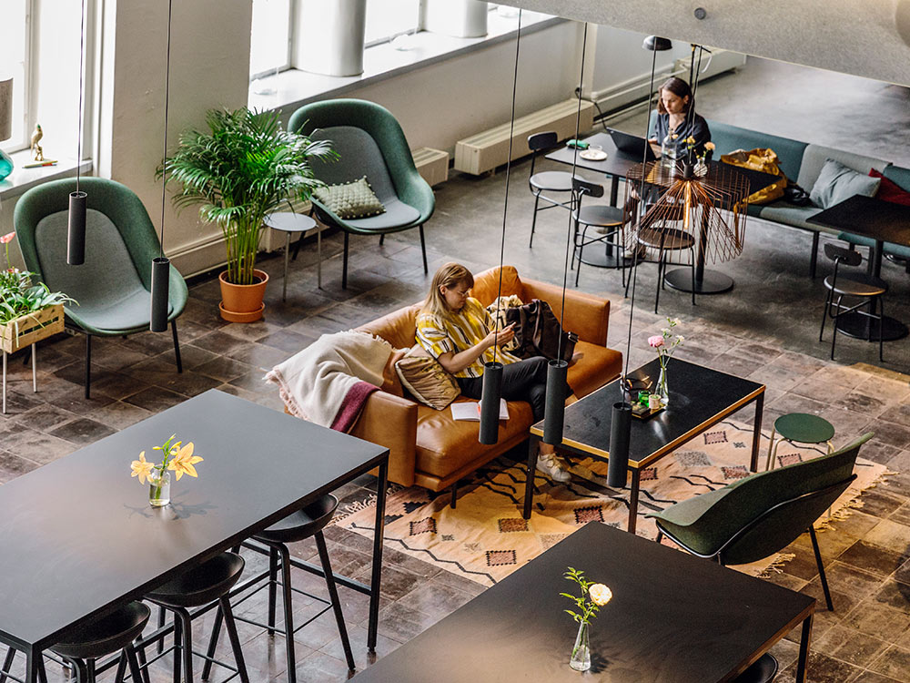 Hakola Friends: Lazy Leather -sohva Bruket kahvilassa