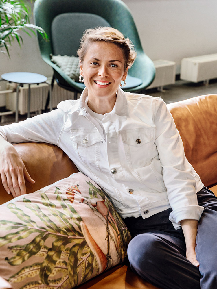 Hakola Friends: Elina Gustafsson Lazy Leather -sohvalla Bruket kahvilassa