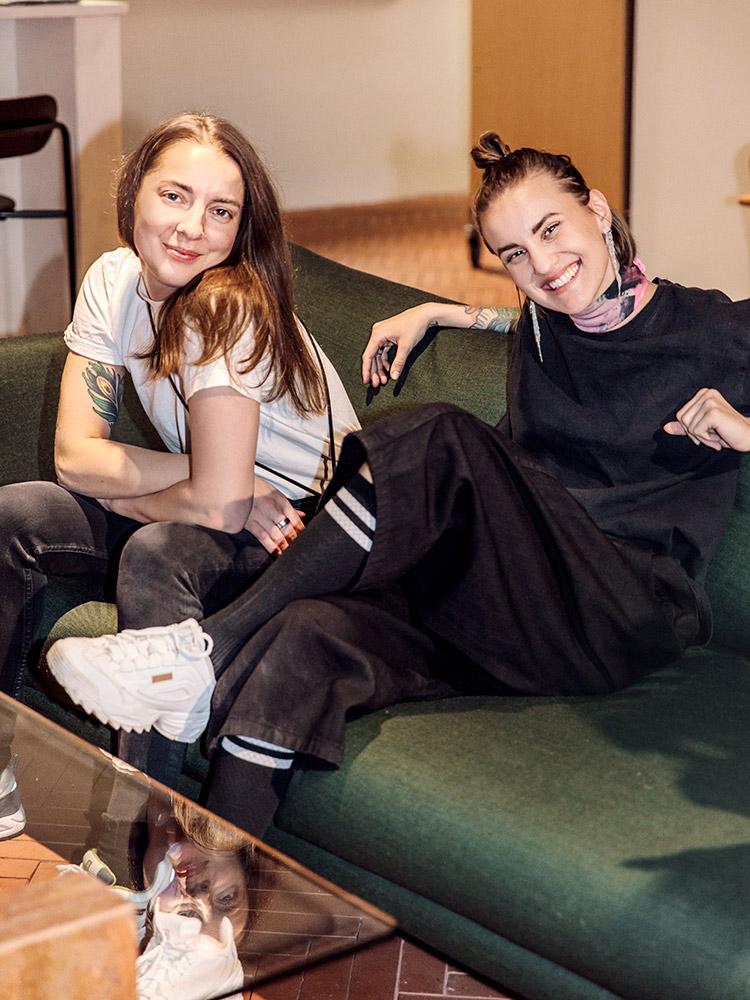 Hakola Friends: Wia ja Tara Lazy Wool -sohvalla Kuumassa