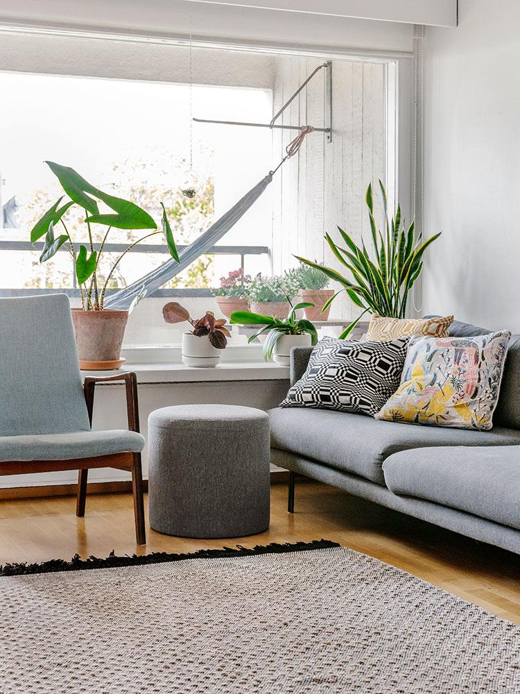 Hakola Friends: Lazy Classic -sohva ja Moon-rahi Terhi Pölkin kotona