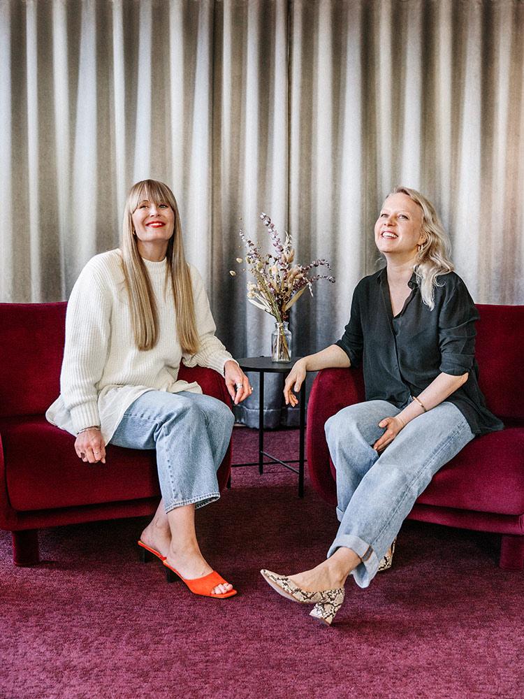 Hakola Friends: Jenny ja Annakatri Milttonin toimistolla