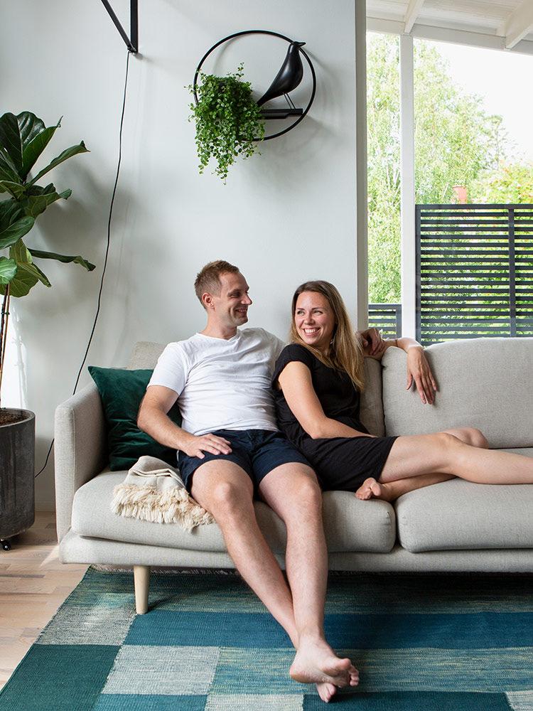Hakola Friends: Lazy-sohva Kristiinan ja Maxin kotona