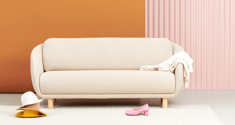Hakola Bobo Wool 2:n istuttava sohva luonnonvalkoisella Hallingdal-kankaalla ja koivu jaloilla