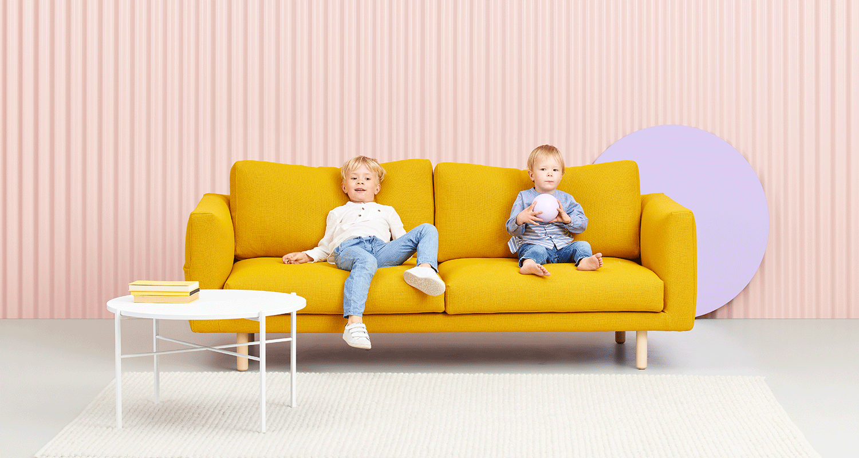 Hakola Cosy Pocket Wool -sohva sahramin värisellä Hallingdal-kankaalla ja koivu jaloilla