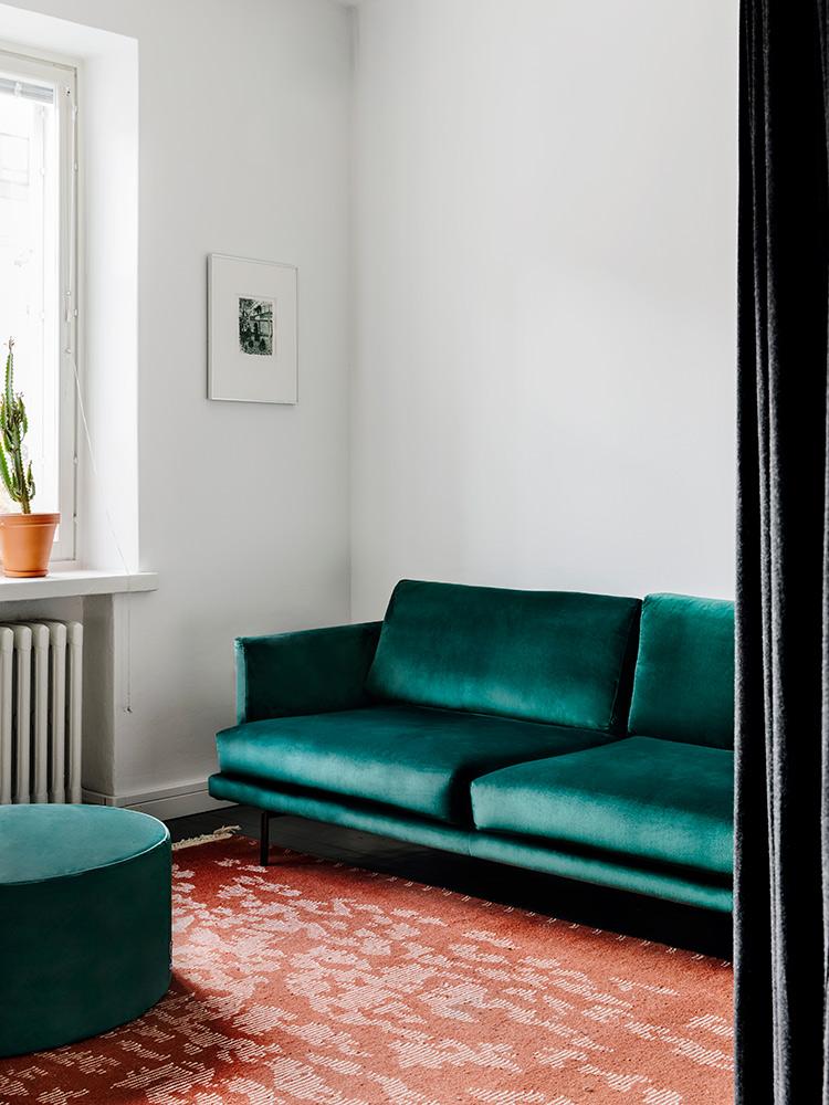 Hakola Friends: Lazy Velvet -sohva ja Moon-rahi Johanneksen kotona