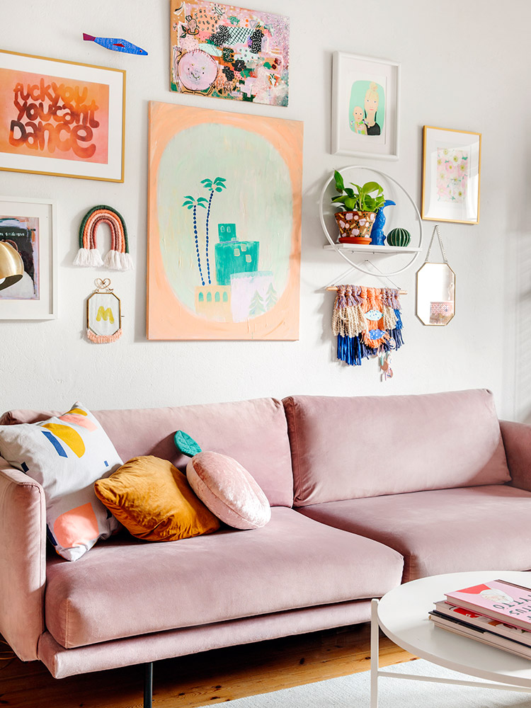 Hakola Friends: Lazy Velvet -sohva, Lempi-hylly ja Round-sohvapöytä Tiinan kotona