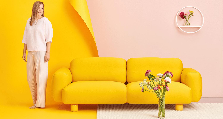 Hakola Jumbo Wool 3:n istuttava sohva okran värisellä Planum-kankaalla