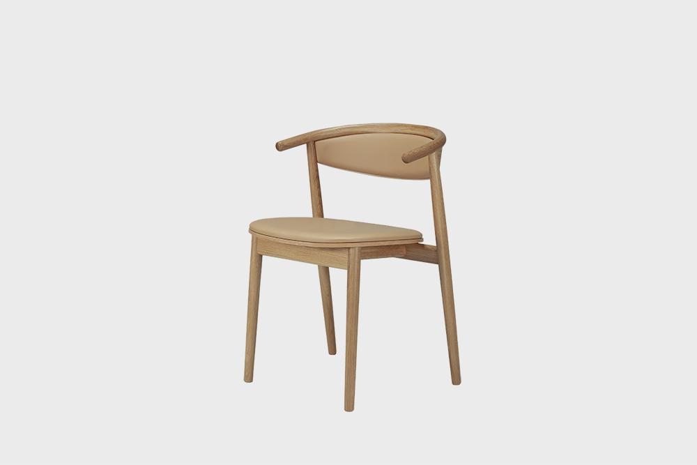 Hakola Mama-tuoli nougatin värisellä Fine Leather -nahalla