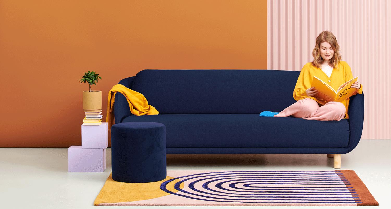 Hakola Bobo Wool 3:n istuttava sohva tummansinisellä Hallingdal-kankaalla ja koivu jaloilla