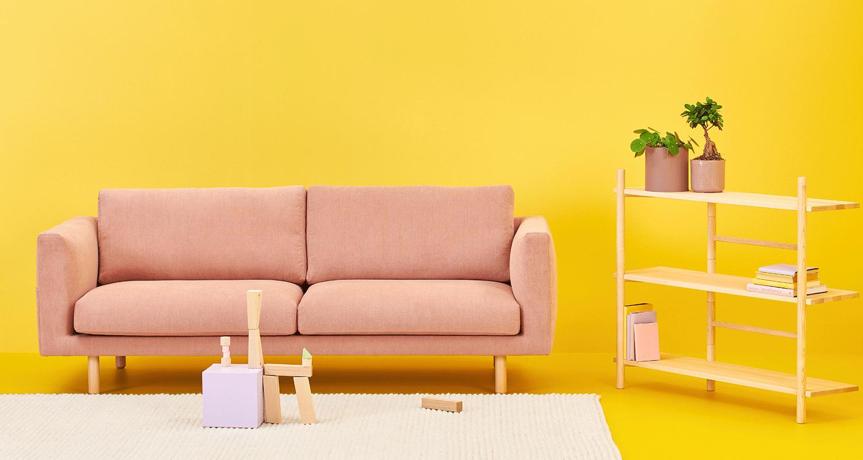 Cosy Pocket 3:n istuttava sohva vaaleanpunaisella Soft-kankaalla ja koivu jaloilla