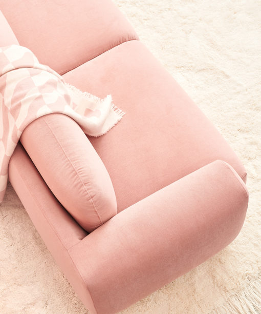 Hakola Jumbo Classic -sohva vaaleanpunaisella Soft-kankaalla ja Laine-villahuopa vaaleanpunaisena.
