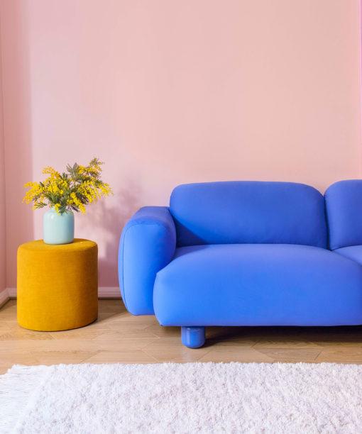 Hakola Jumbo Wool -sohva sinisellä Planum-kankaalla ja Moon-rahi okran värisellä Soft-kankaalla