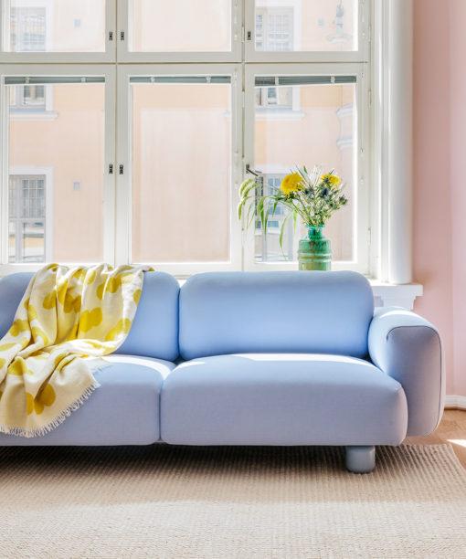 HakolaJumbo Wool -sohva vaaleansinisellä Planum-kankaalla ja Pampu-villahuopa sitruunan värisenä.