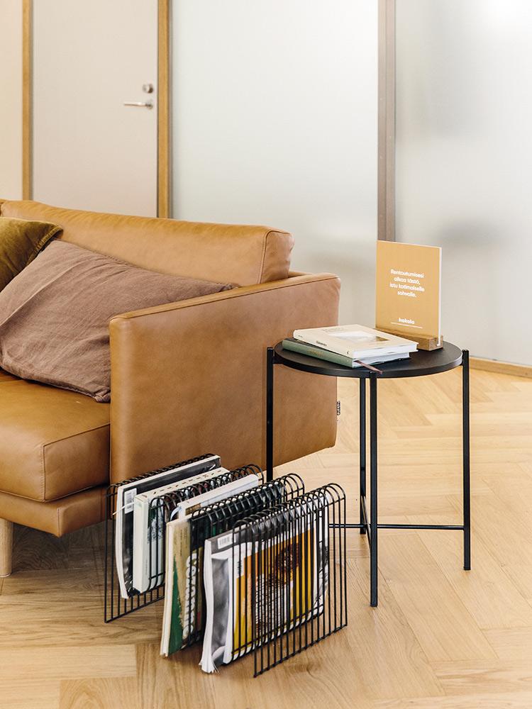 Hakola Lazy Fine Leather -sohva ja Round-sohvapöytä HUH Helsingin tiloissa