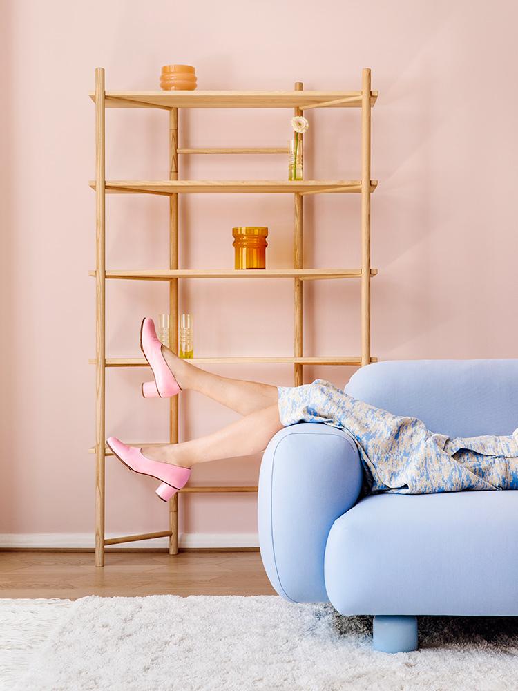 Hakola Edit-hylly saarnesta ja Jumbo Wool -sohva vaaleansinisellä Planum-kankaalla
