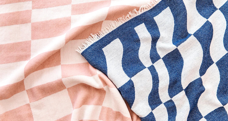 Hakola Laine-villahuopa vaaleanpunaisena ja tummansinisenä