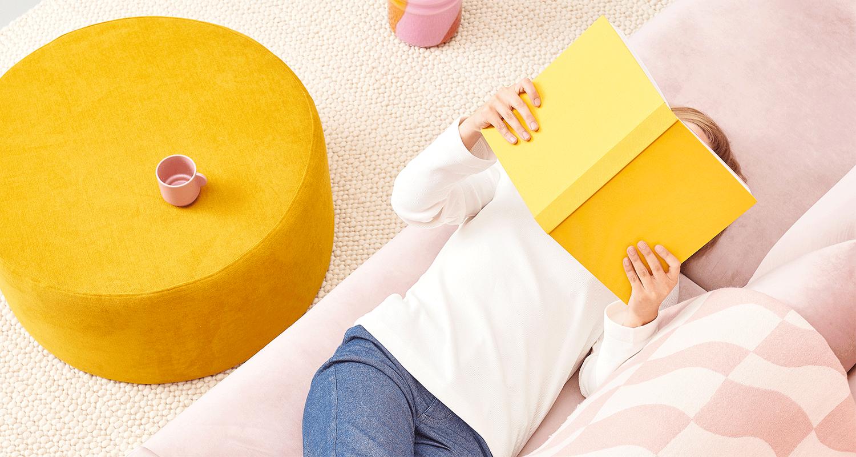 Lazy Velvet 3:n istuttava sohva vaaleanpunaisella Musone-kankaalla ja suuri Moon-rahi okran värisellä Soft-kankaalla