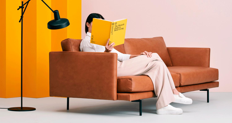 Hakola Lazy Leather 3:n istuttava -sohva konjakin värisellä nahalla ja mustilla metalli jaloilla