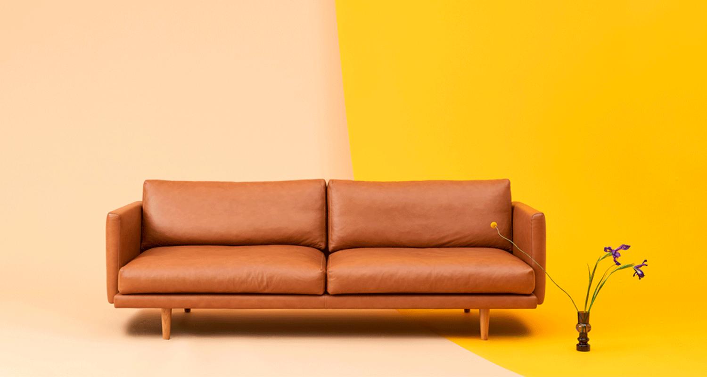 Lazy Leather 3:n istuttava -sohva konjakin värisellä nahalla ja tammi jaloilla