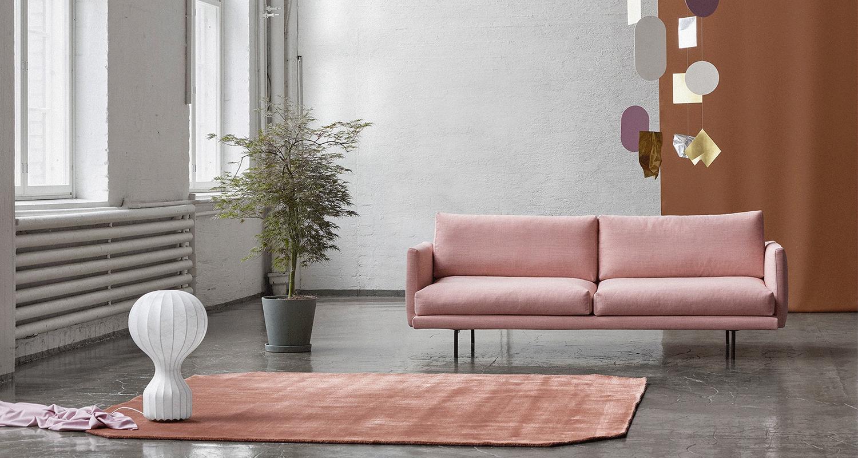 Lazy 3:n istuttava sohva vaalenapunaisella Canvas 2 -kankaalla ja mustilla metalli jaloilla