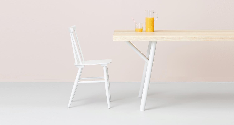 Hakola Woody pöytä valkoisilla jaloilla ja valkoinen Pinna-tuoli