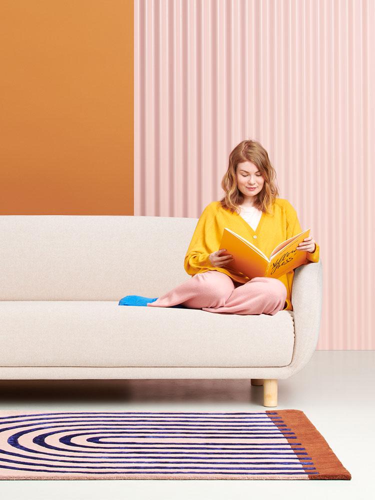 Hakola Bobo Wool 3:n istuttava -sohva luonnonvalkoisella Hallingdal-kankaalla ja koivu-jaloilla.
