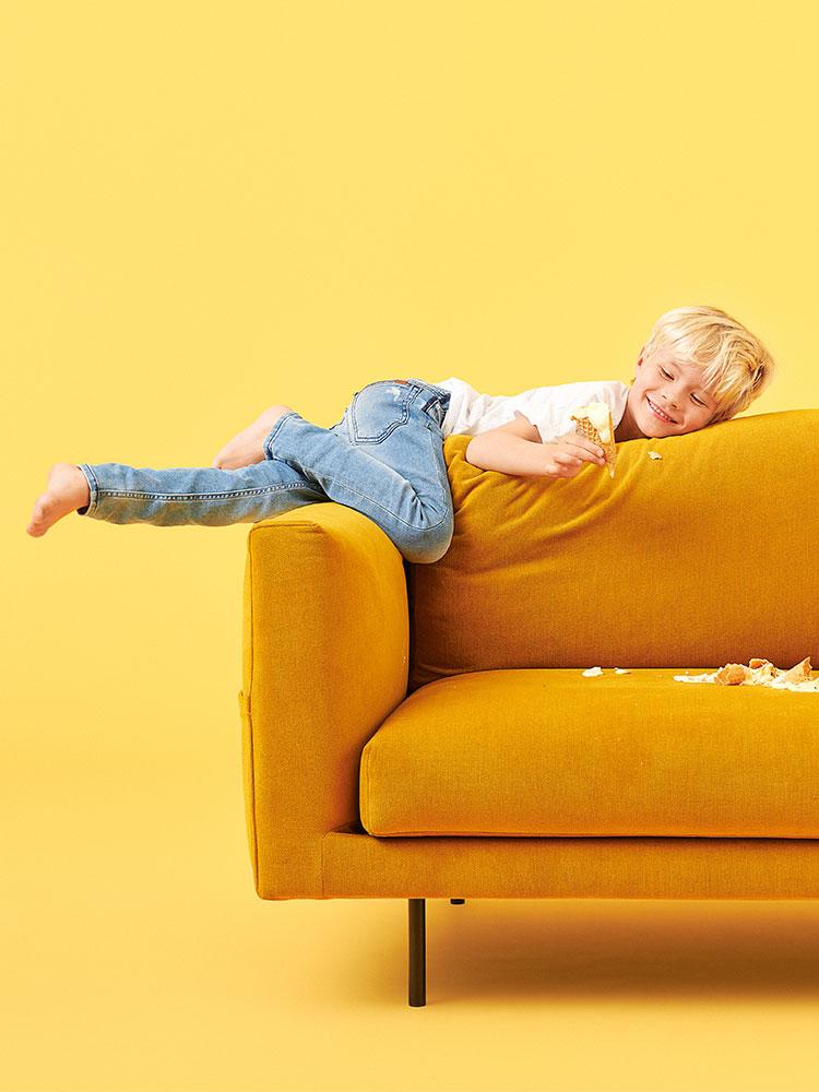 Hakola Cosy Pocket 3:n istuttava sohva okran värisellä Soft-kankaalla.