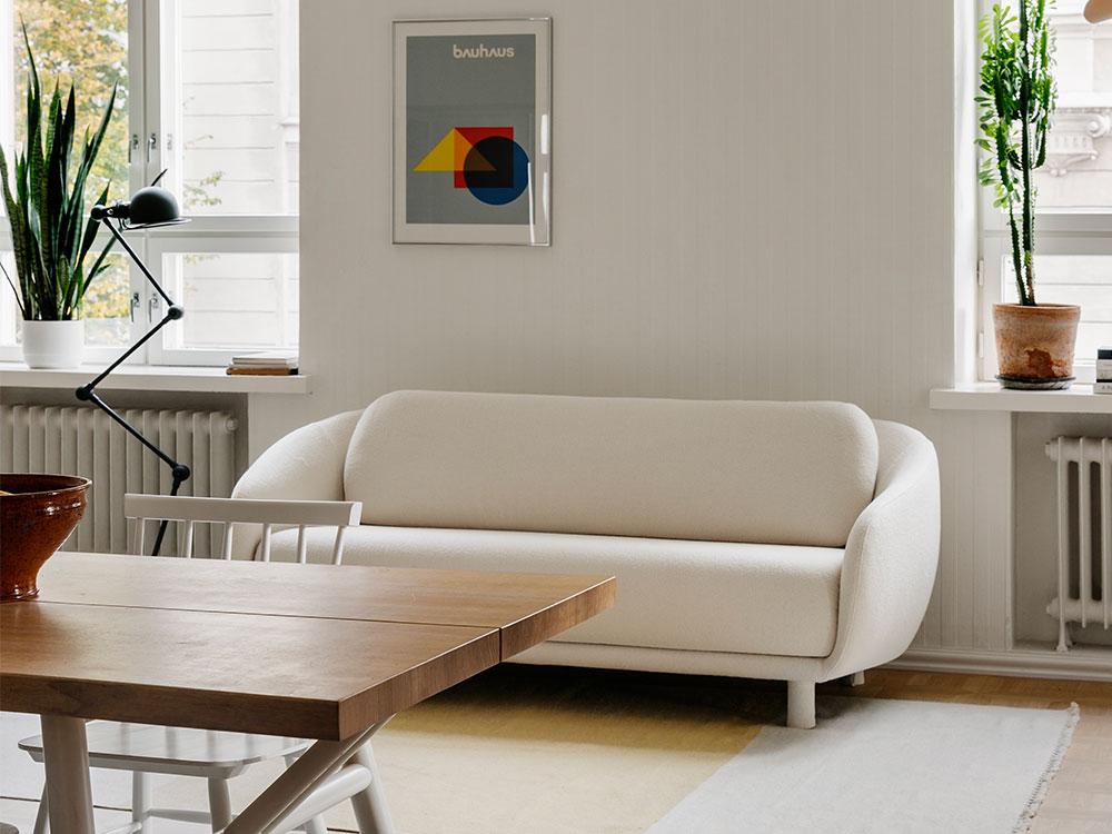 Hakola Friends: 2:n istuttava Bobo Buklee -sohva luonnonvalkoisella Cloud-kankaalla ja Woody-pöytä tammesta.