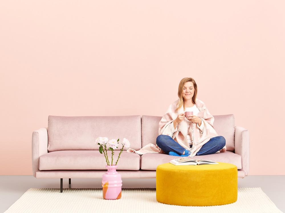 Hakola Lazy Velvet -sohva vaaleanpunaisella Musone-kankaalla ja mustilla metalli jaloilla