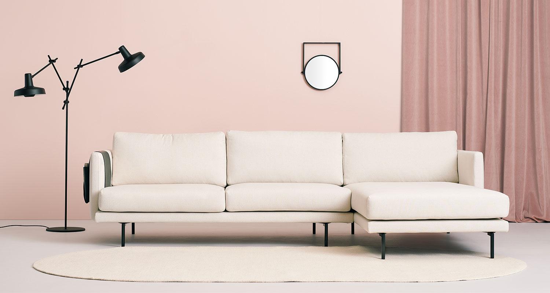 Hakola Lazy Classic -divaani kitin värisellä Florist-kankaalla ja mustilla metalli jaloilla