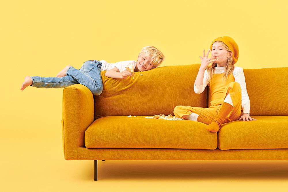 Hakola pieni Cosy Pocket Classic -sohva okran värisellä Soft-kankaalla ja mustilla metallijaloilla.