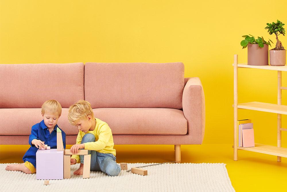 Hakola pieni Cosy Pocket Classic -sohva vaaleanpunaisella Soft-kankaalla ja koivujaloilla.