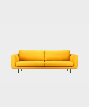 Hakola Cosy Pocket Wool -sohva sahramin värisellä Hallingdal-kankaalla ja mustilla metallijaloilla.