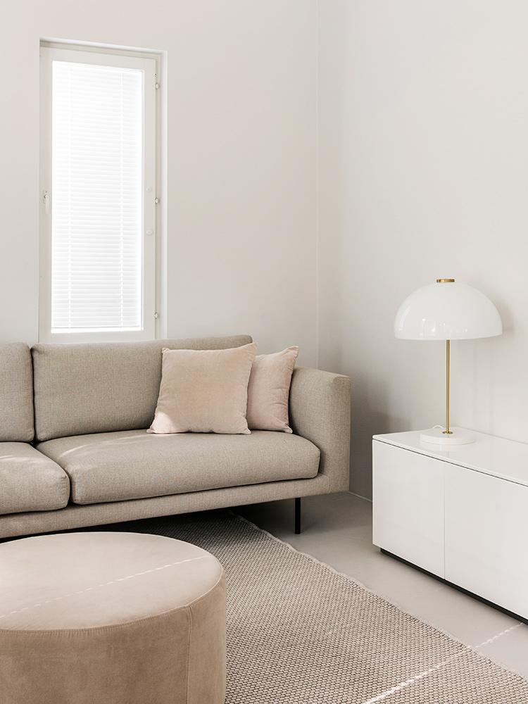 Hakola Friends: 3,5:n istuttava Cosy Pocket Classic -sohva hiekan värisellä Florist-kankaalla Tiinan kotona.