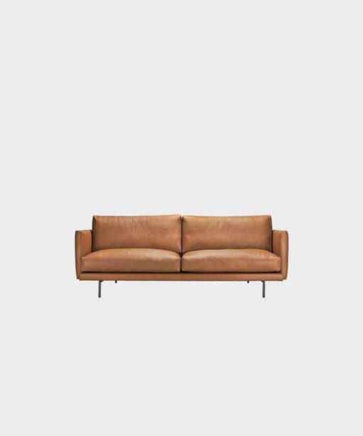 Hakola pieni Lazy Fine Leather -sohva konjakin värisellä nahalla ja mustilla metallijaloilla.