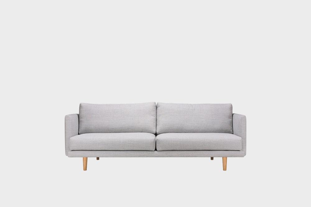 Hakola Lazy Wool pieni -sohva vaaleanharmaalla Canvas-kankaalla ja tammijaloilla.