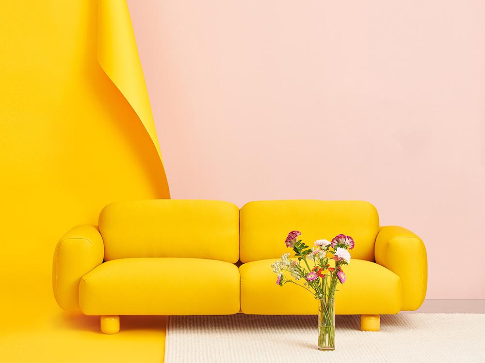 Hakola Jumbo Wool -sohva okran värisellä Planum-kankaalla.