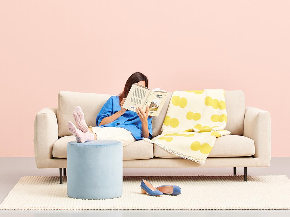 Hakola Cosy Pocket Classic -sohva laten värisellä Soft-kankaalla, sitruunan värinen Pampu-villaphuopa ja Moon-rahi vaaleansinisellä Musone-kankaalla.