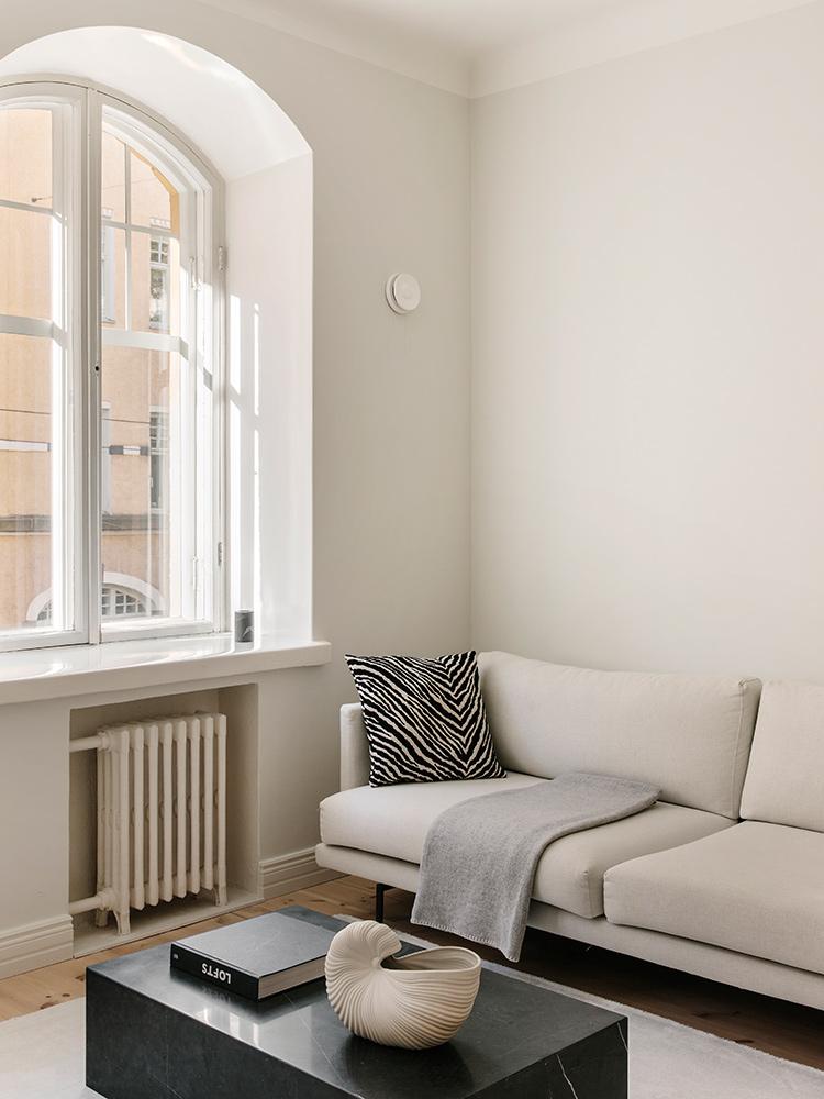 Hakola Friends: Lazy Classic 3:n istuttava -sohva kitin värisellä Florist-kankaalla Mari Kekäleen kotona