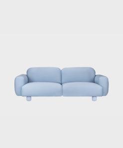 Hakola Jumbo Wool -sohva vaaleansinisellä Planum-kankaalla ja maalatuilla jaloilla.