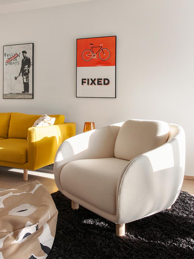 Hakola Friends: Bobo Wool -nojatuoli luonnonvalkoisella Moss-kankaalla ja Cosy Pocket Wool -sohva sahramin värisellä Hallingdal-kankaalla Miisan ja Tomasin kotona