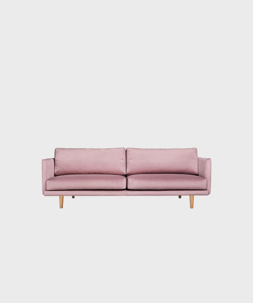 Vaaleanpunainen kapina tuotteet: Lazy Velvet iso -sohva Roosan värisellä Musone-kankaalla ja tammijaloilla