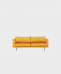 Hakola Lazy Velvet pieni -sohva pihkan värisellä Musone-kankaalla ja mustilla metallijaloilla
